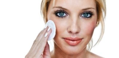 mulher-removendo-a-maquiagem-1343949188487_615x300